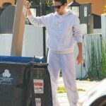 Sara Sampaio in a Grey Sweatsuit Was Seen Cleaning Up Outside Her Home in Los Angeles 12/10/2020
