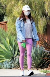 Aubrey Plaza in a Pink Leggings