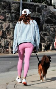 Aubrey Plaza in a Pink Leggings